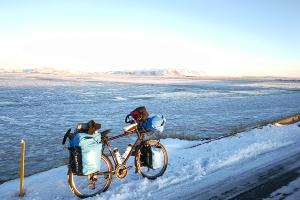 En bordure de route numéro un, en Islande à vélo en hiver