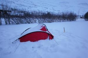 Camping à seydisfjordur en hiver, en Islande à vélo