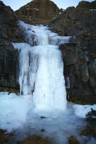 Cascade glace en bordure du hvallfjordur, en islande à vélo en hiver