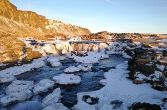 Cascade en bordure de route numéro un, en Islande à vélo en hiver