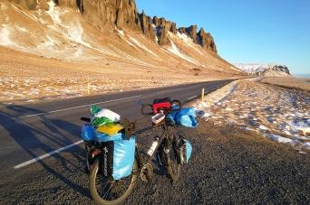 les contreforts du Vatnajokull, en islande à vélo en hiver
