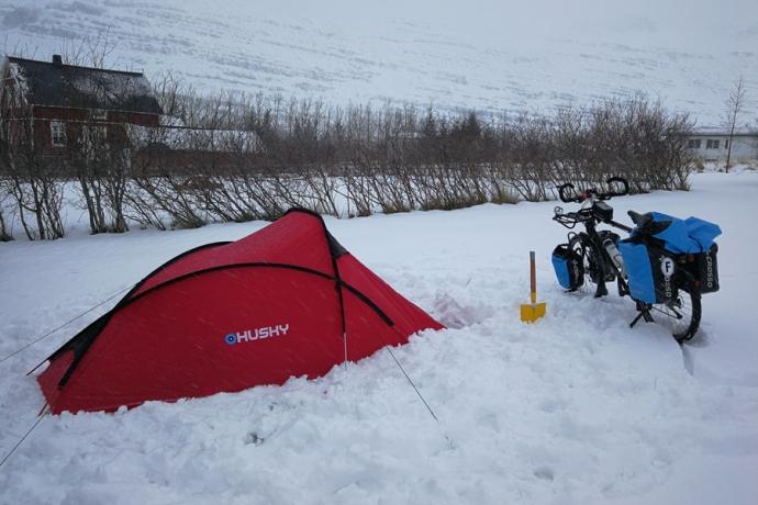 Camping à Seydisfjordur, en islande à vélo en hiver