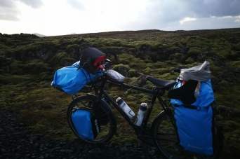 Champ de lave à proximité du blue lagoon, en Islande à vélo en hiver