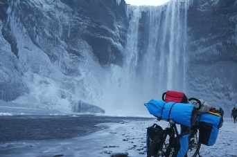 Chutes de Skogafoss, en Islande à vélo en hiver