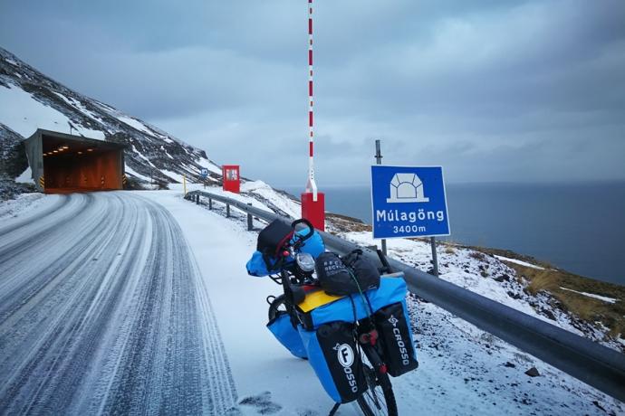 Tunnel à la sortie de Siglufjordur, en Islande à vélo en hiver