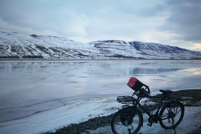 Fjord à Akureyri, en Islande à vélo en hiver
