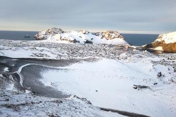 Vue sur Heimaey sur les îles Vestmann, en Islande à vélo en hiver