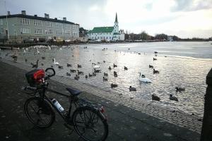 Au pied du lac de Reykjavik, en Islande à vélo en hiver
