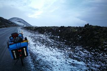 En bordure d'un champ de lave, en Islande à vélo en hiver