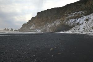Plage de sable volcanique de Vik, en Islande à vélo en hiver