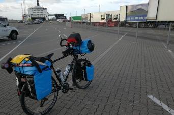 Sur le port de Hirtshals, avant d'embarquer pour un tour d'Islande à vélo en hiver