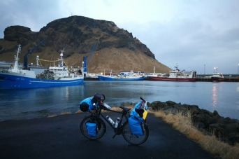 Sur le port de Heimaey, îles Vestmann, en islande à vélo en hiver