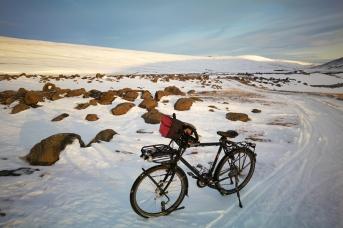 Au bord de la route n°1 dans le nord de l'Islande, en Islande à vélo en hiver