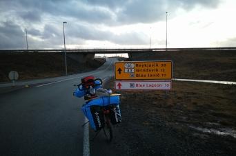 En direction de grindavik, dans le sud de l'Islande, en Islande à vélo en hiver
