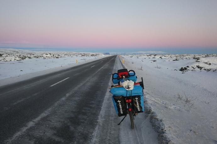 Route numéro un dans le sud, en islande à vélo en hiver