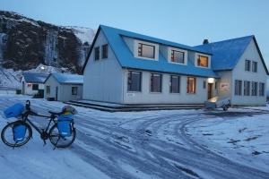 Auberge à la sortie de Seljalandsfoss, en Islande à vélo en hiver