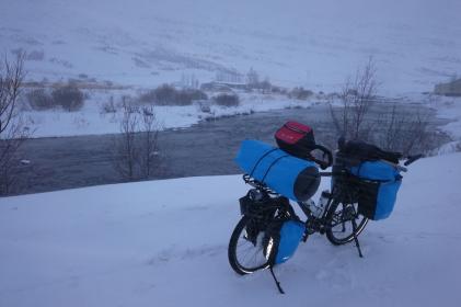 Rivière à seydisfjordur en islande à vélo en hiver