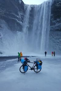 Chutes d'eau de skogafoss en islande à vélo en hiver