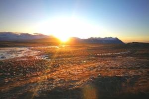 Vue du bord de route à la sortie de Borgarnes en Islande à vélo en hiver