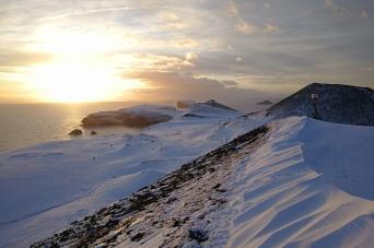 Vue d'un volcan sur les îles Vestmann, en Islande à vélo en hiver