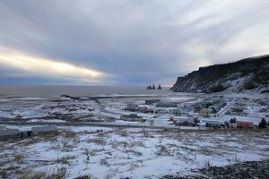 Vue de la plage de Vik en Islande à vélo en hiver