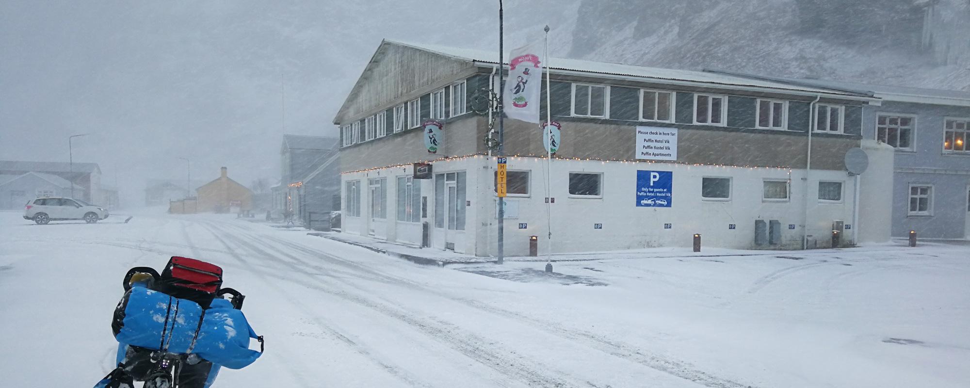 Sous le Blizzard à Vik, en islande à vélo