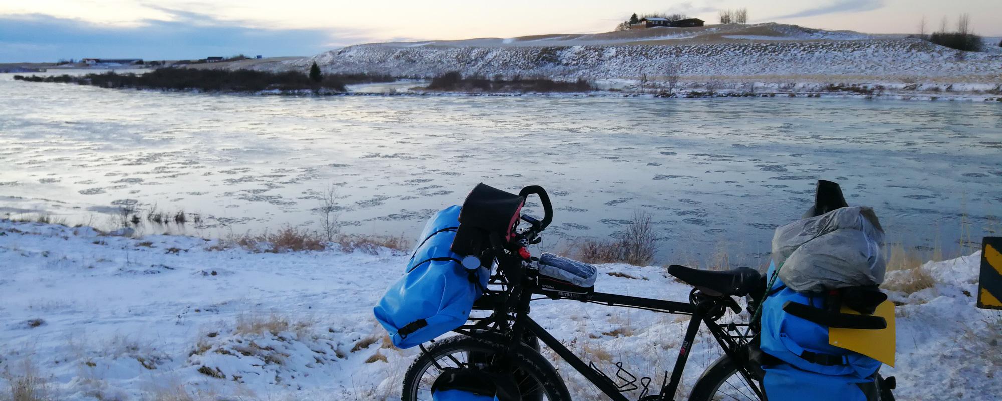 En Islande à vélo en hiver 2017/2018 , en bordure de rivière dans le Nord
