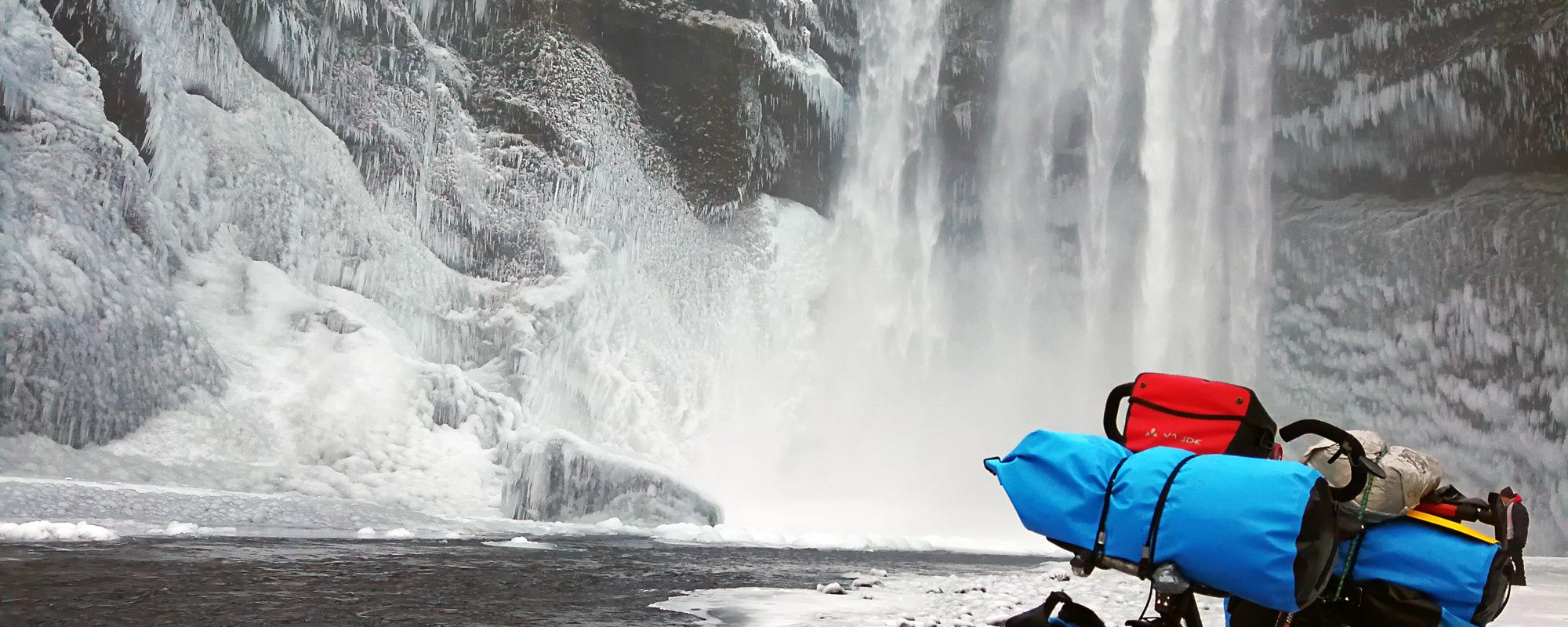 En Islande à vélo en hiver 2017/2018, au pied de la chute de Skogafoss