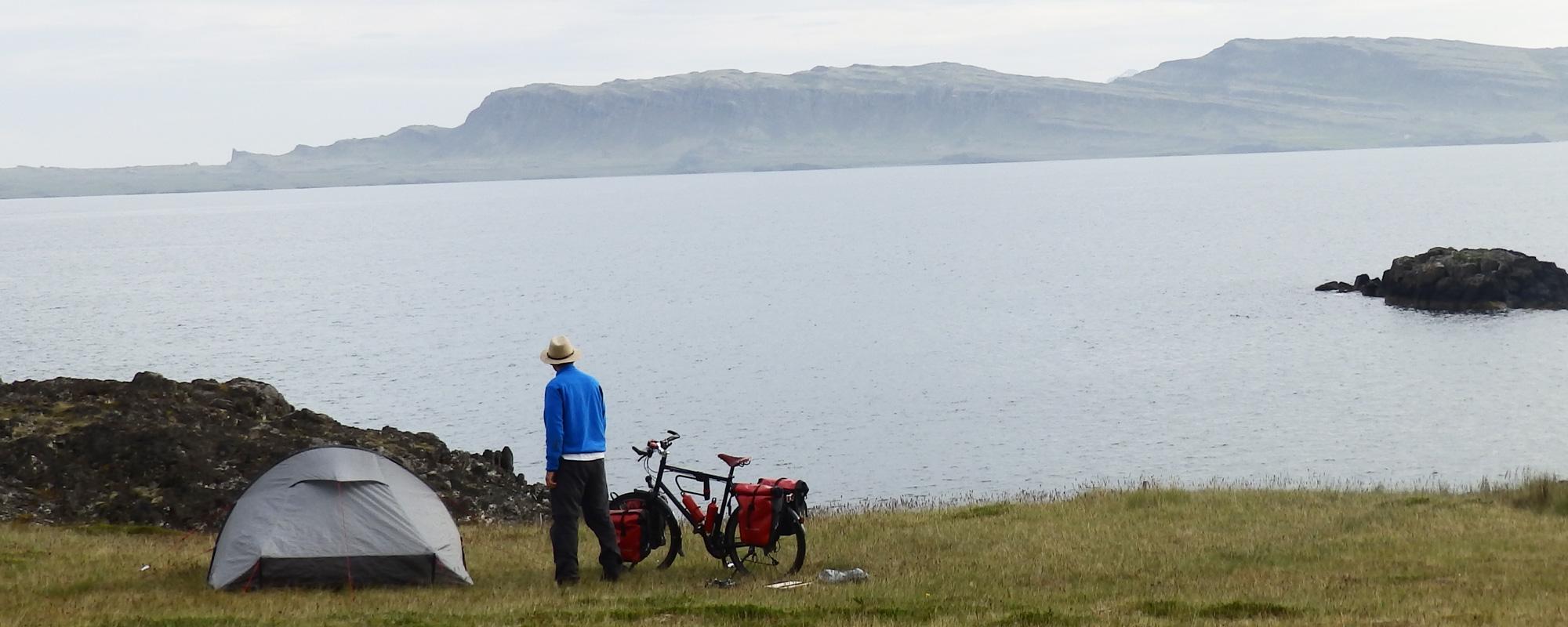 En Islande à vélo en 2014, campement au pied d'un fjord dans l'Est