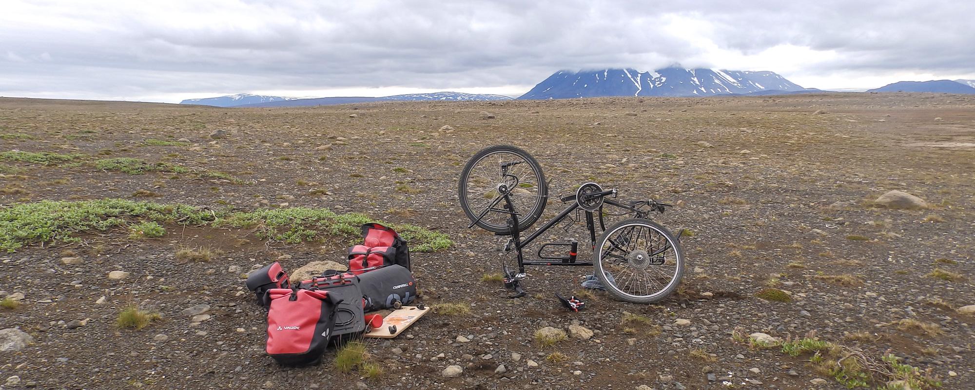 En Islande à vélo en 2014, crevaison sur la piste Kjolur