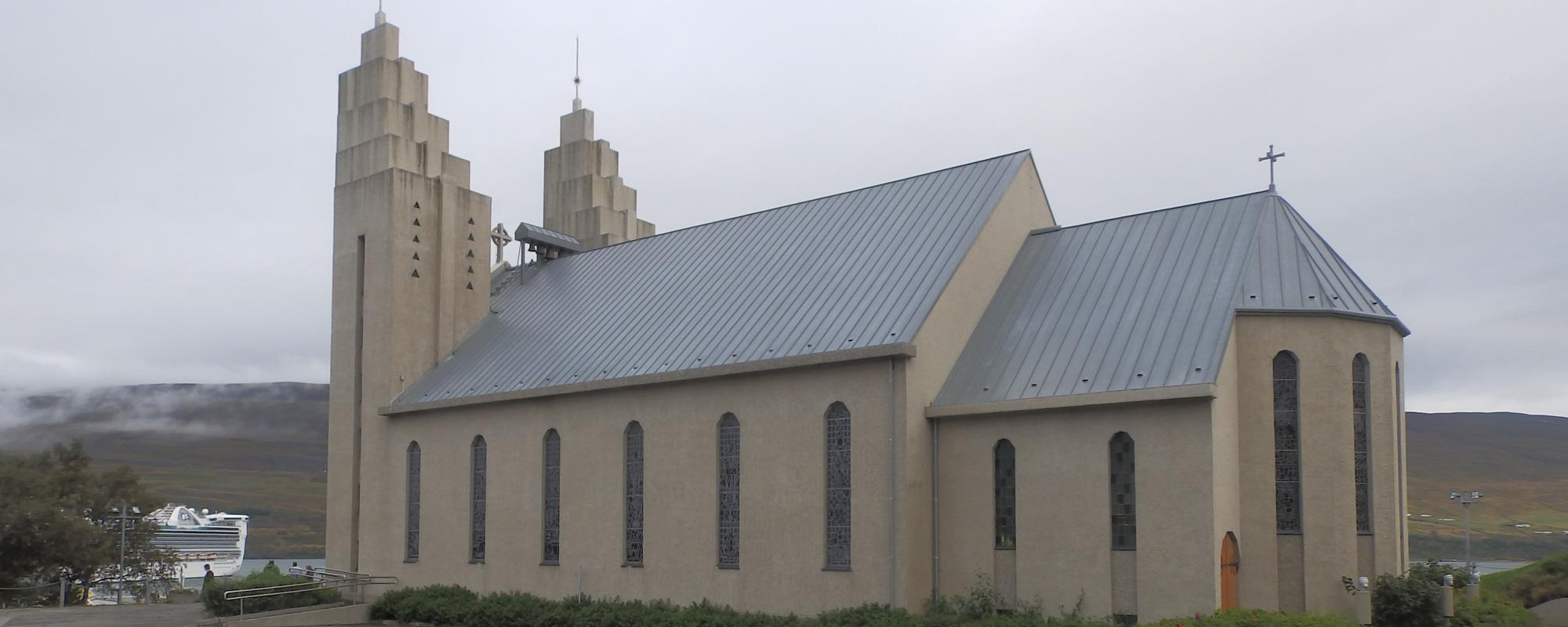 La cathédrale de Akureyri, Islande à vélo
